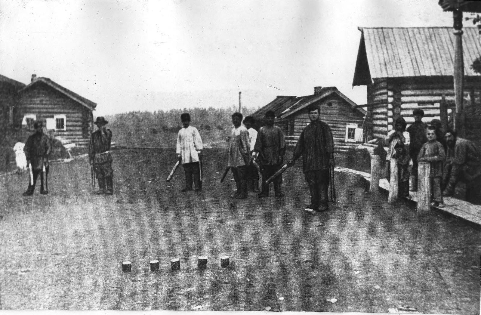 Игра в «городки» в деревне Каменской Енисейского уезда