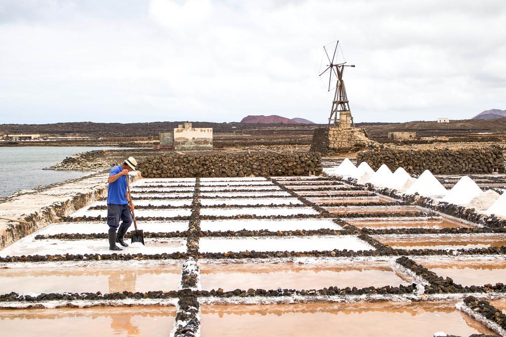 Salinero trabajando en Lanzarote