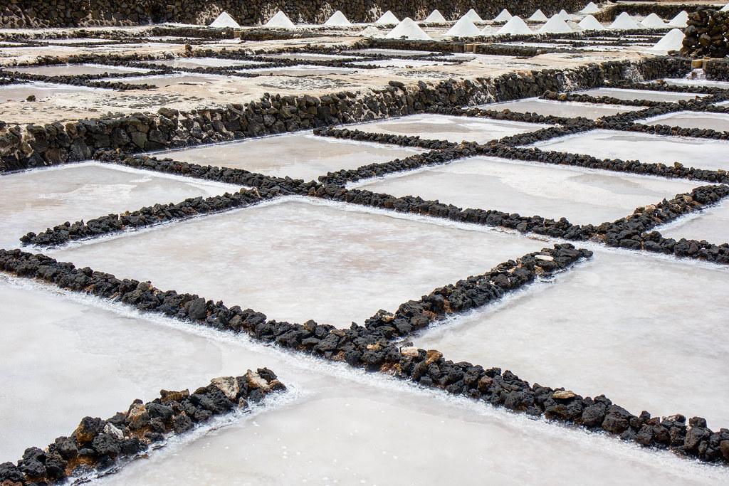 Tajos de sal en las salinas de Janubio