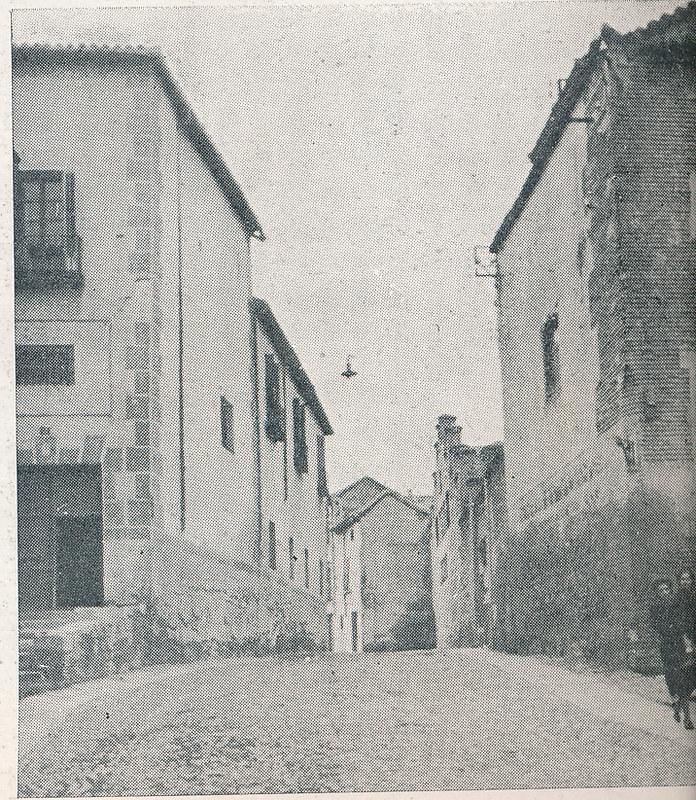 Calle Taller del Moro. Foto incluida en el Plan General de Ordenación de Toledo publicado en 1945 en la Revista Nacional de Arquitectura. Colección personal de Eduardo Sánchez Butragueño.