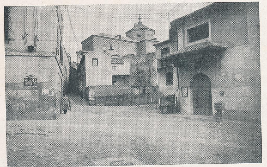 Plaza del Salvador. Foto incluida en el Plan General de Ordenación de Toledo publicado en 1945 en la Revista Nacional de Arquitectura. Colección personal de Eduardo Sánchez Butragueño.