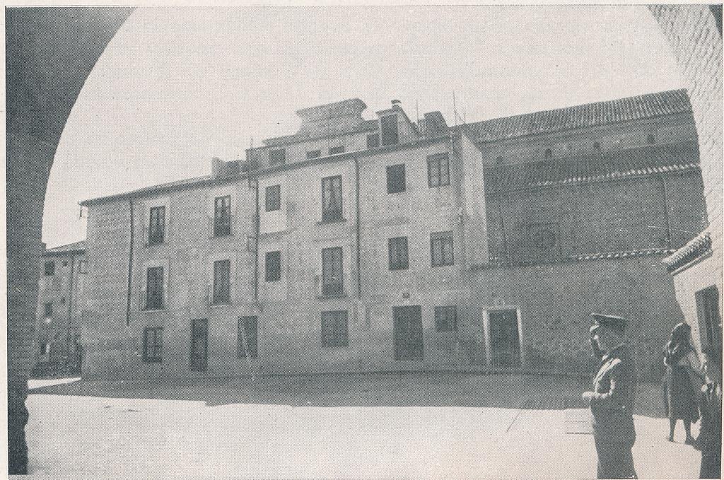 Casas adosadas a la Iglesia de Santiago del Arrabal. Foto incluida en el Plan General de Ordenación de Toledo publicado en 1945 en la Revista Nacional de Arquitectura. Colección personal de Eduardo Sánchez Butragueño.