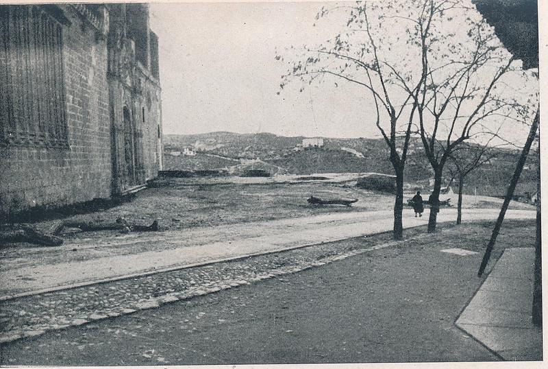 San Juan de los Reyes y su entorno. Foto incluida en el Plan General de Ordenación de Toledo publicado en 1945 en la Revista Nacional de Arquitectura. Colección personal de Eduardo Sánchez Butragueño.