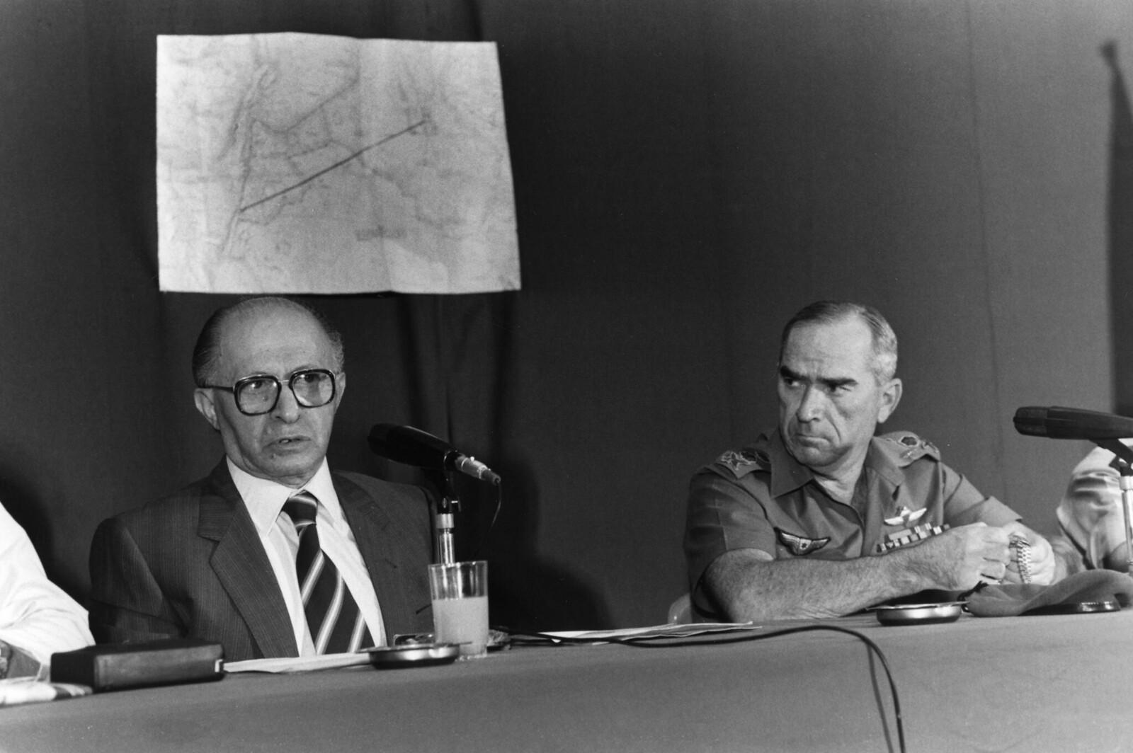 1981. Премьер-министр Менахем Бегин и генерал Рафаэль Эйтан, начальник штаба израильской армии, объясняются на следующий день после израильского налета на иракскую атомную электростанцию Озирак-Таммуз 9 июня в Иерусалим