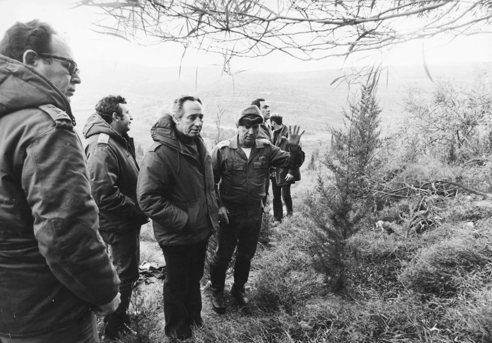 1976. Министр обороны Израиля Шимон Перес (третий слева) и генерал-майор Рафаэль Эйтан инспектируют огневую точку на израильско-ливанской границы, 22 января