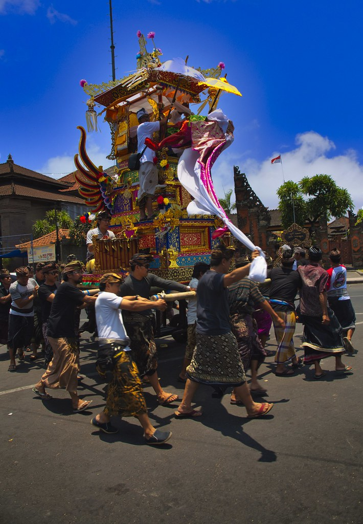 En procesion, funeral en Bali