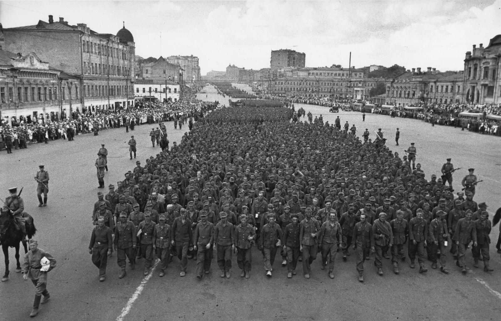 1944. Колонна немецких военнопленных на Садовом кольце