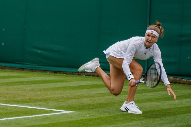 Karolina Muchova reaching
