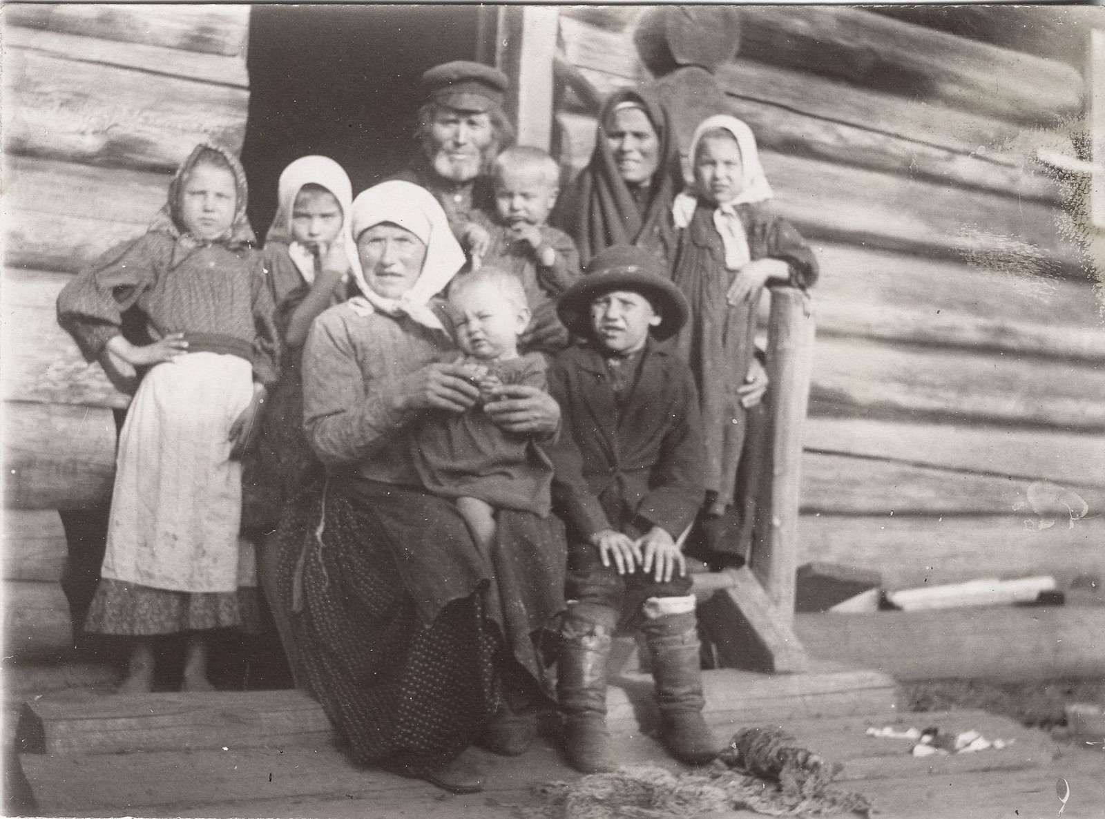 Крестьянская семья из деревни Ярки Енисейского уезда в праздничный день на крыльце дома.