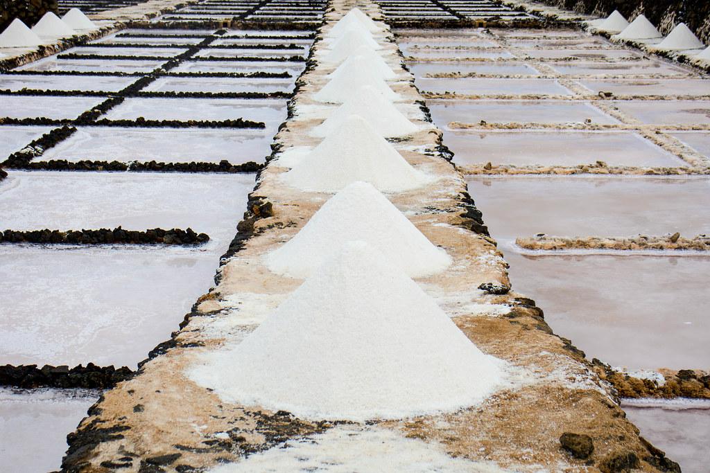Pirámides de sal en las Salinas de Janubio en Lanzarote