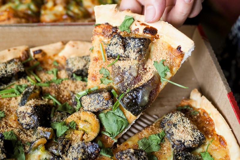 必勝客香菜皮蛋豬血糕披薩 缺乏靈魂醬汁創意之作 推薦加上豆腐乳絕讚升天
