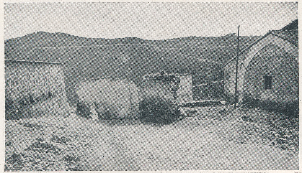 Entorno de la Iglesia de San Sebastián. Foto incluida en el Plan General de Ordenación de Toledo publicado en 1945 en la Revista Nacional de Arquitectura. Colección personal de Eduardo Sánchez Butragueño.