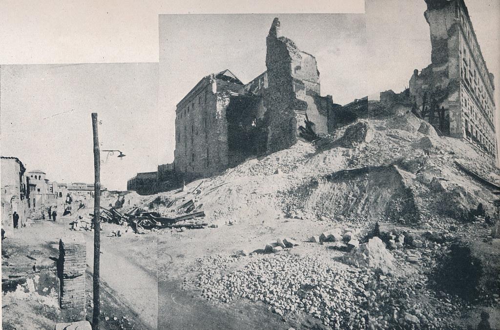 Restos del torreón suroeste del Alcázar junto al Horno de los Bizcochos. Foto incluida en el Plan General de Ordenación de Toledo publicado en 1945 en la Revista Nacional de Arquitectura. Colección personal de Eduardo Sánchez Butragueño.