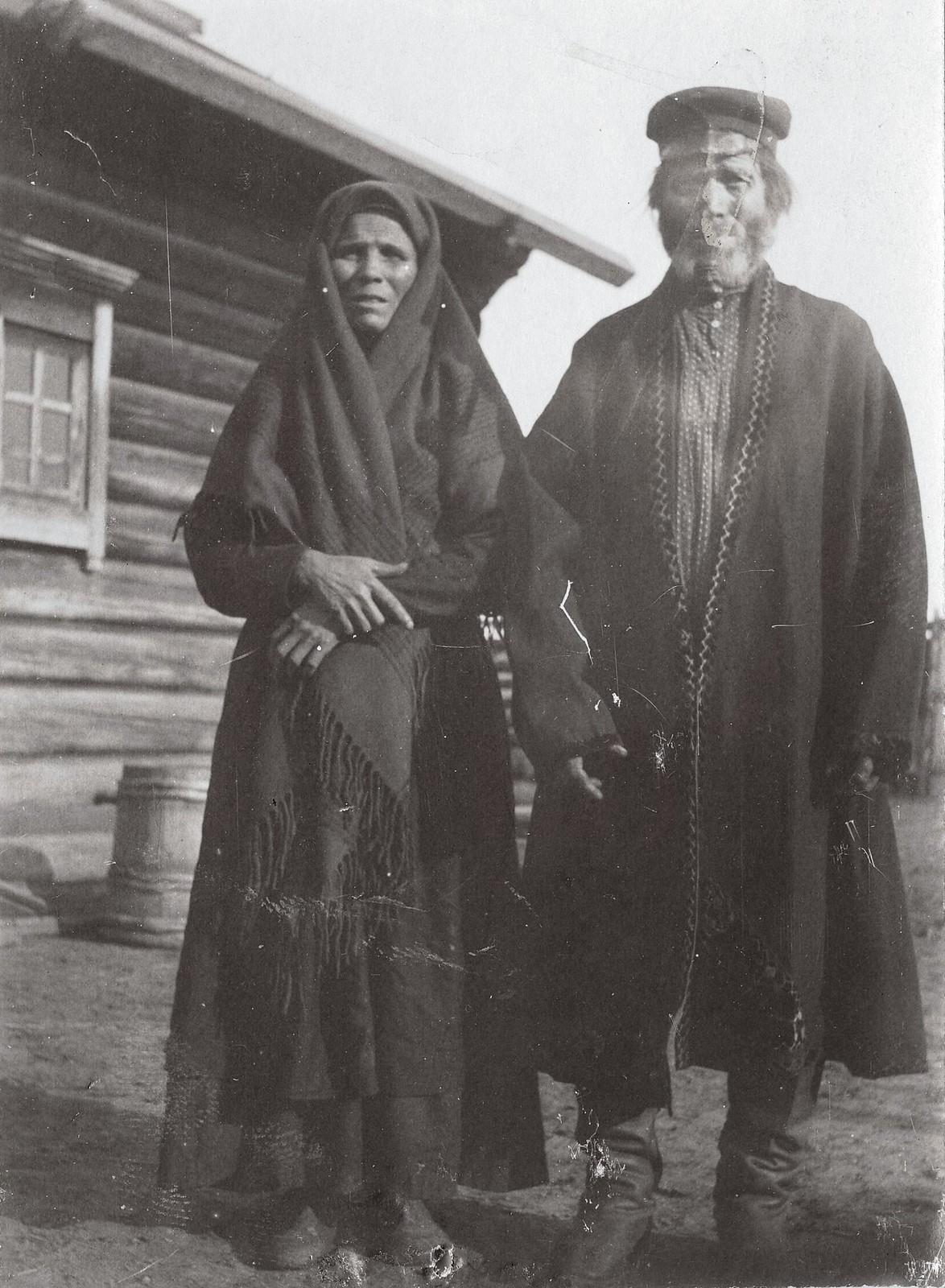 Крестьяне - старики деревни Ярки Енисейского уезда в праздничной одежде
