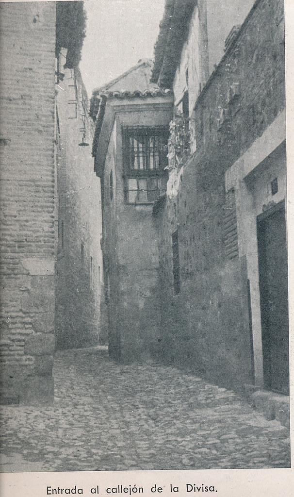Callejón de la Divisa. Foto incluida en el Plan General de Ordenación de Toledo publicado en 1945 en la Revista Nacional de Arquitectura. Colección personal de Eduardo Sánchez Butragueño.