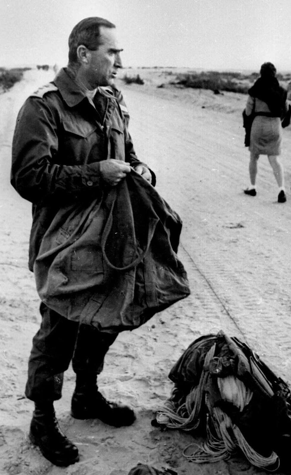 Полковник Рафаэль Эйтан стоит на этой недатированной фотографии после завершения прыжка с парашютом