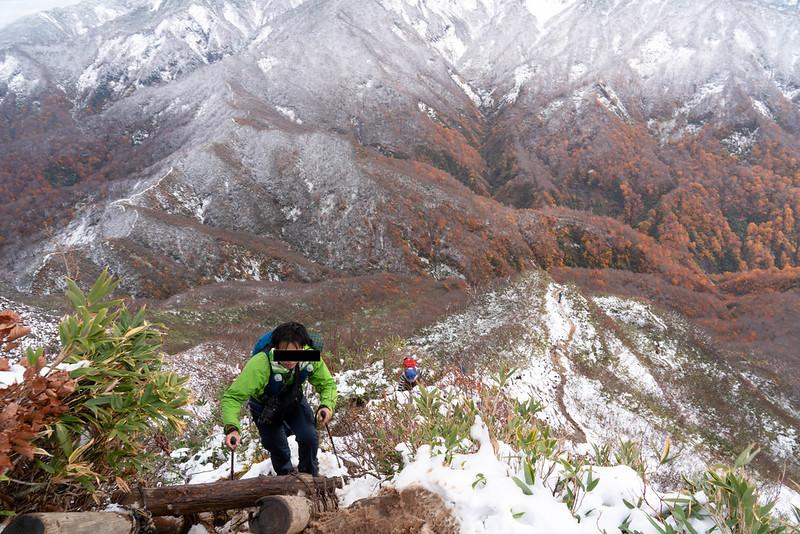 雨飾山の尾根道
