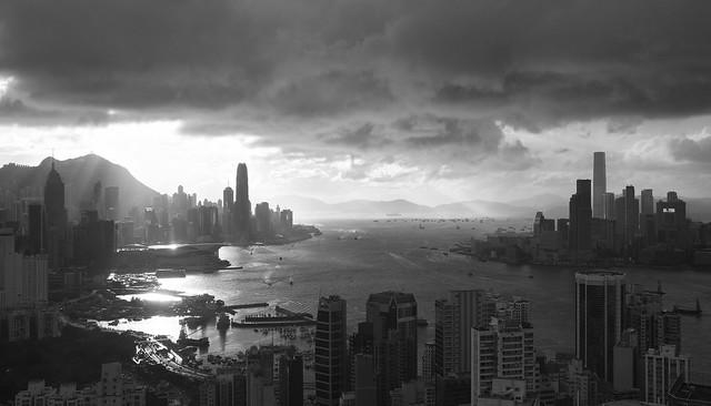 烏雲蔽天日, 香江半壁殘