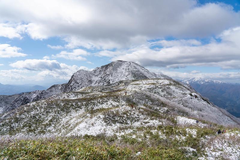 新雪の雨飾山
