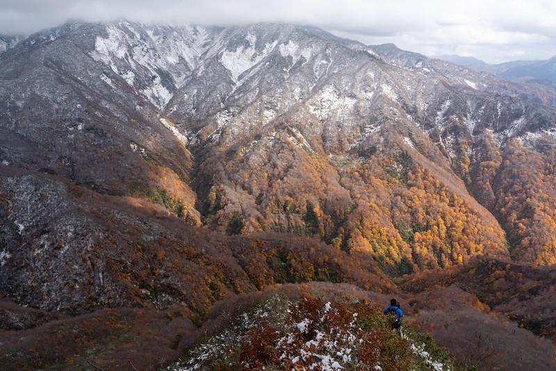 雨飾山から下山