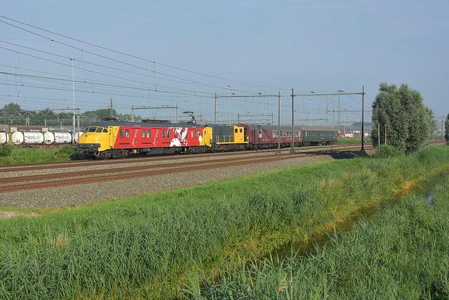 mP 3029 met de 2454 en 2 SSN-rijtuigen bij Kijfhoek richting het zuiden op 3 juli 2021.
