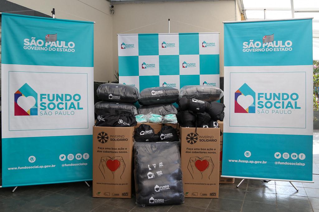 Entrega de cobertores na Mooca com Dona Bia, padre Júlio Lancelloti e prefeito Ricardo Nunes