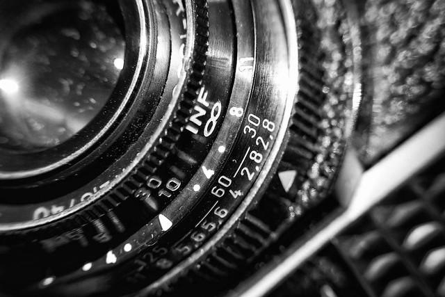 Buchstaben und Nummern – Dutch Angle – Industrie Produkt Schwarz Weiß Makro Kunst Fotografie