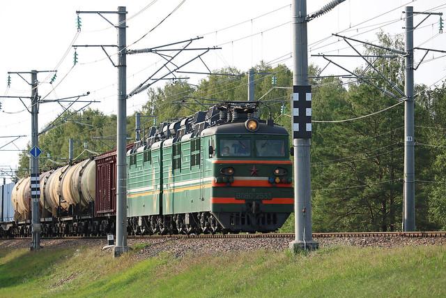 Электровоз ВЛ80С-2533 с грузовым составом на станции Жлобин-Западный (Беларусь).