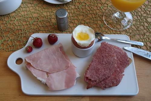 Kochschinken und Corned Beef auf Quark-Buttermilch-Brot zum Frühstücksei