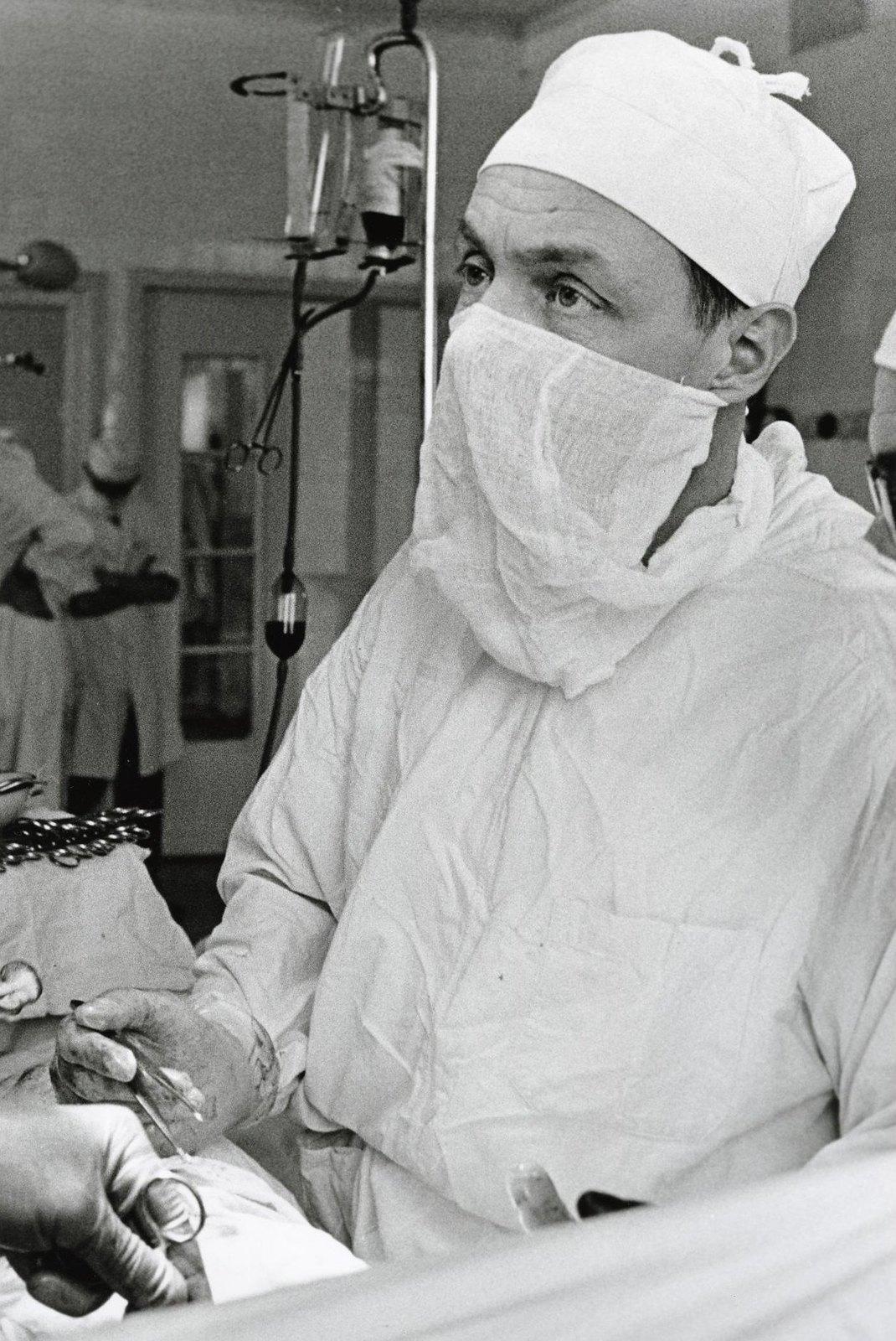 1965. Станислав Долецкий в операционной