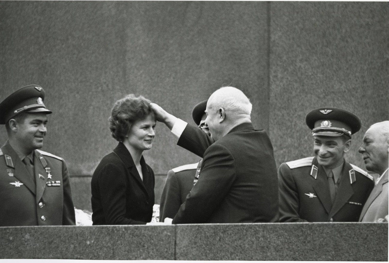 1963. Андриян Николаев, Валентина Терешкова, Никита Хрущев и Валерий Быковский на Красной площади