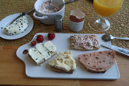 Schaffrischkäsetaler und Reblochon, Fleischsalat und Fleischwurst mit Paprika auf Quark-Buttermilch-Brot