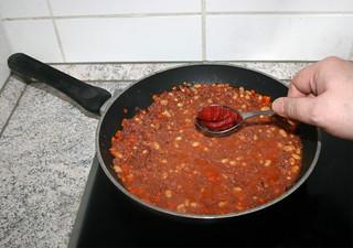 20 - Add tomato puree / Tomatenmark hinzufügen