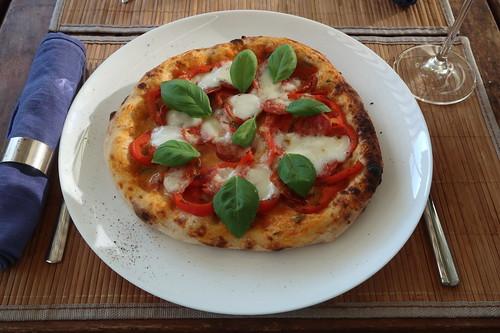 Pizza mit frischer Paprika, italienischer Salami, Mozzarella und Basilikum (meine)