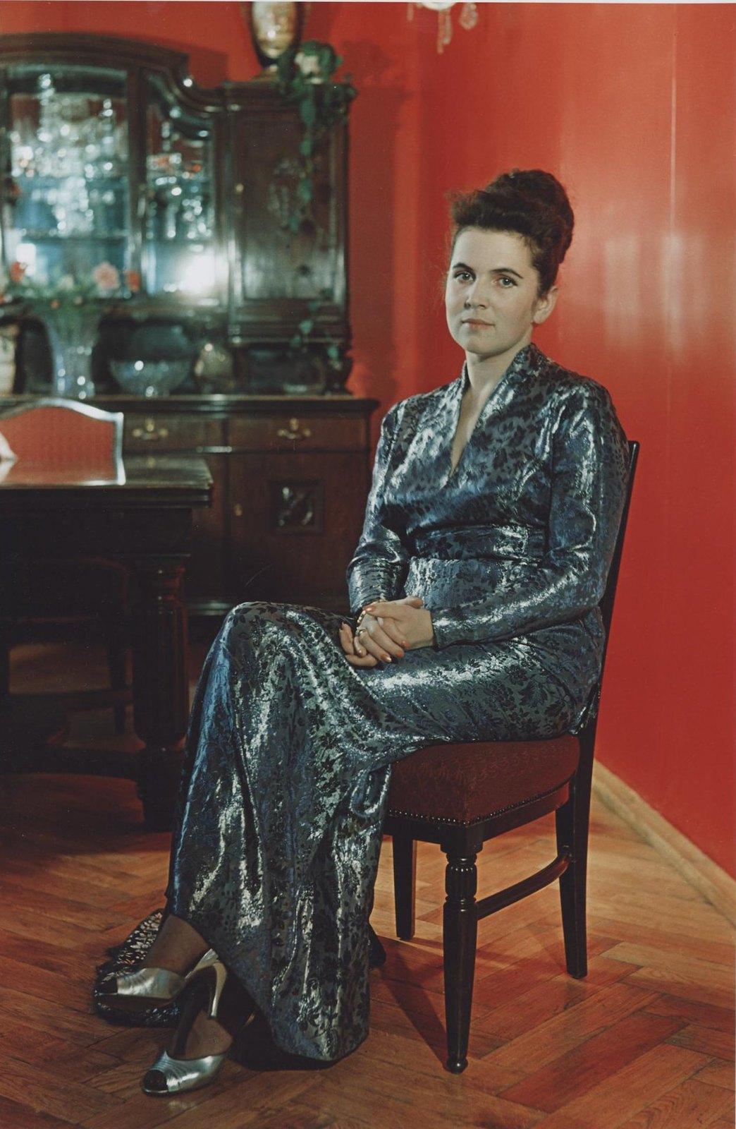 1960-е. Галина Вишневская дома в концертном платье