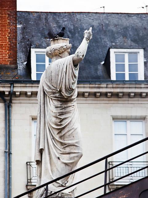 La statue de Nantes, sculptée comme Amphytrite (et un oiseau sur la couronne)