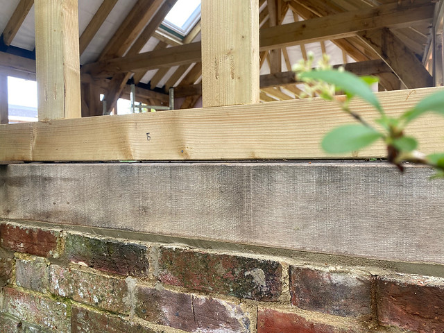 Filling the wall sill gap with mortar - 3