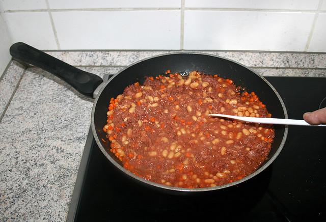 18 - Mince corned beef & let everything get hot / Corned Beef zerkleinern & heiß werden lassen