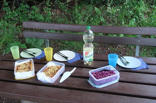 Blumenkohltarte, Rotkohlsalat und Birne&Melisse-Drink (gedeckter Picknick-Tisch)
