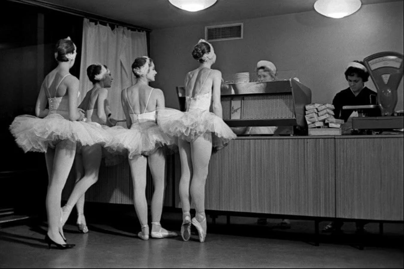 1963. «Лебеди». Артистки балета Большого театра СССР в буфете Кремлевского Дворца съездов