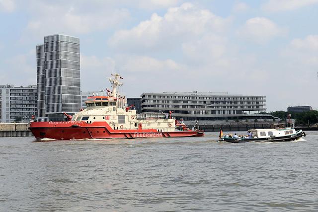 3118 Löschboot / Feuerwehrboot Branddirektor Westphal auf der Norderelbe - im Hintergrund das Gebäude der Hafencity Universität am Baakenhafen.