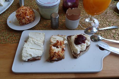 Gereifter Ziegenfrischkäse, Ziegenfrischkäsekugel mit Paprika und Schmand mit Süßkirschmarmelade auf Majannebrot