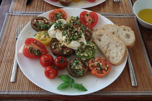 Burrata mit Pinienkern-Basilikum-Dressing auf gemischten Tomaten mit Ciabatta