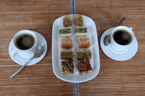 Starker süßer Kaffee zu frischen Baklava