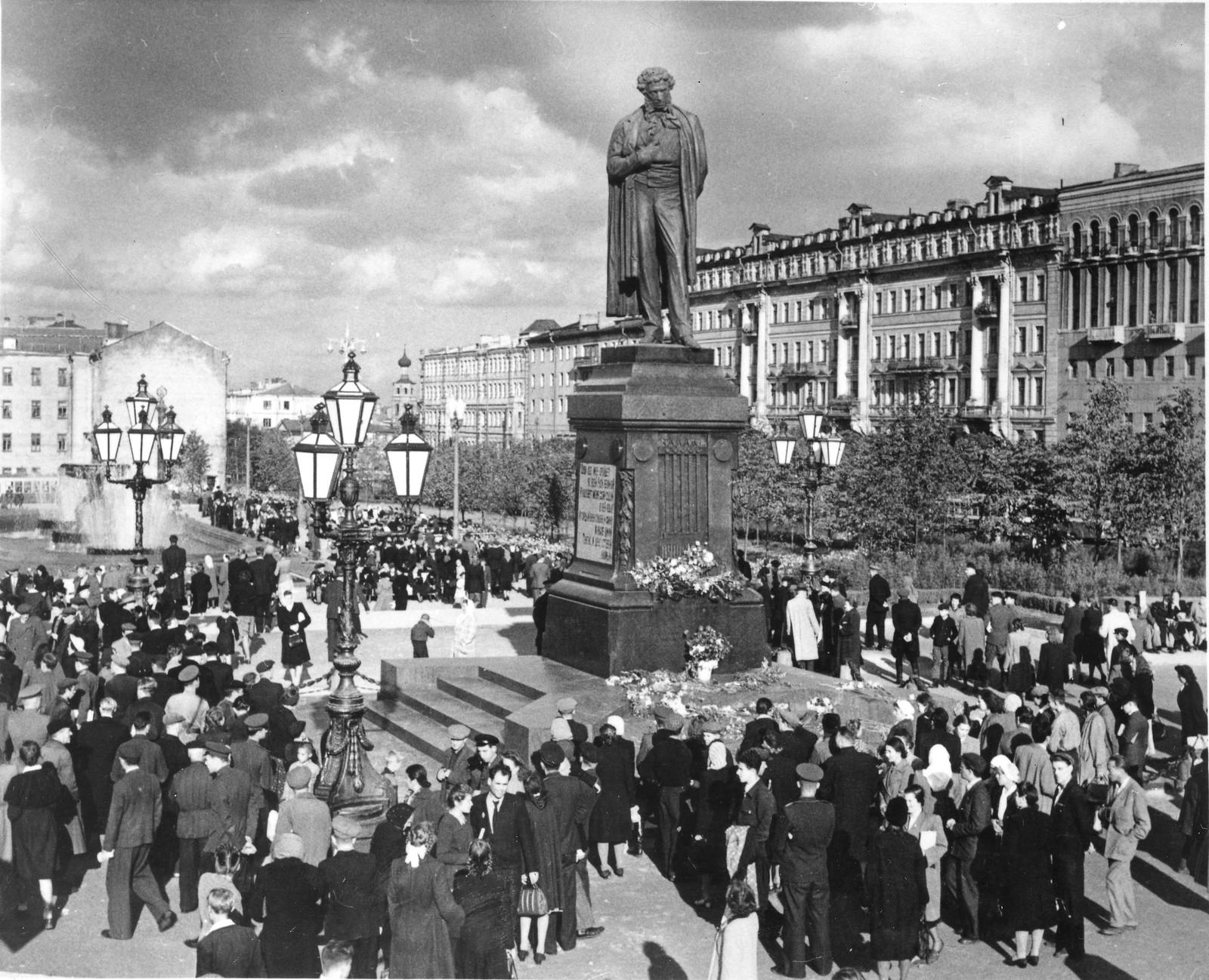 1950. Открытие памятника Пушкину на новом месте