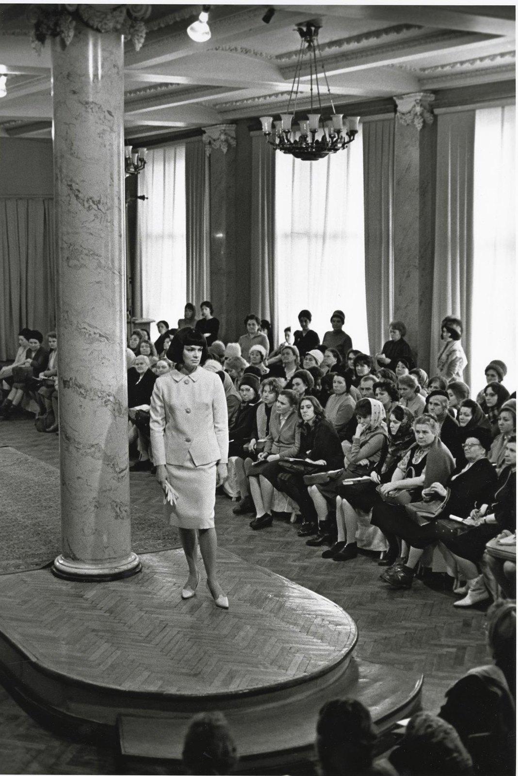 1965. Общесоюзный дом моделей (ОДМО). На подиуме манекенщица Елена Изоргина