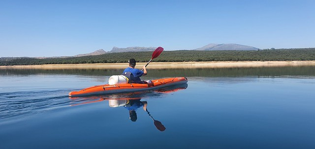 Sele haciendo kayak en el embalse de El Atazar (ruta hasta la presa de El Villar)
