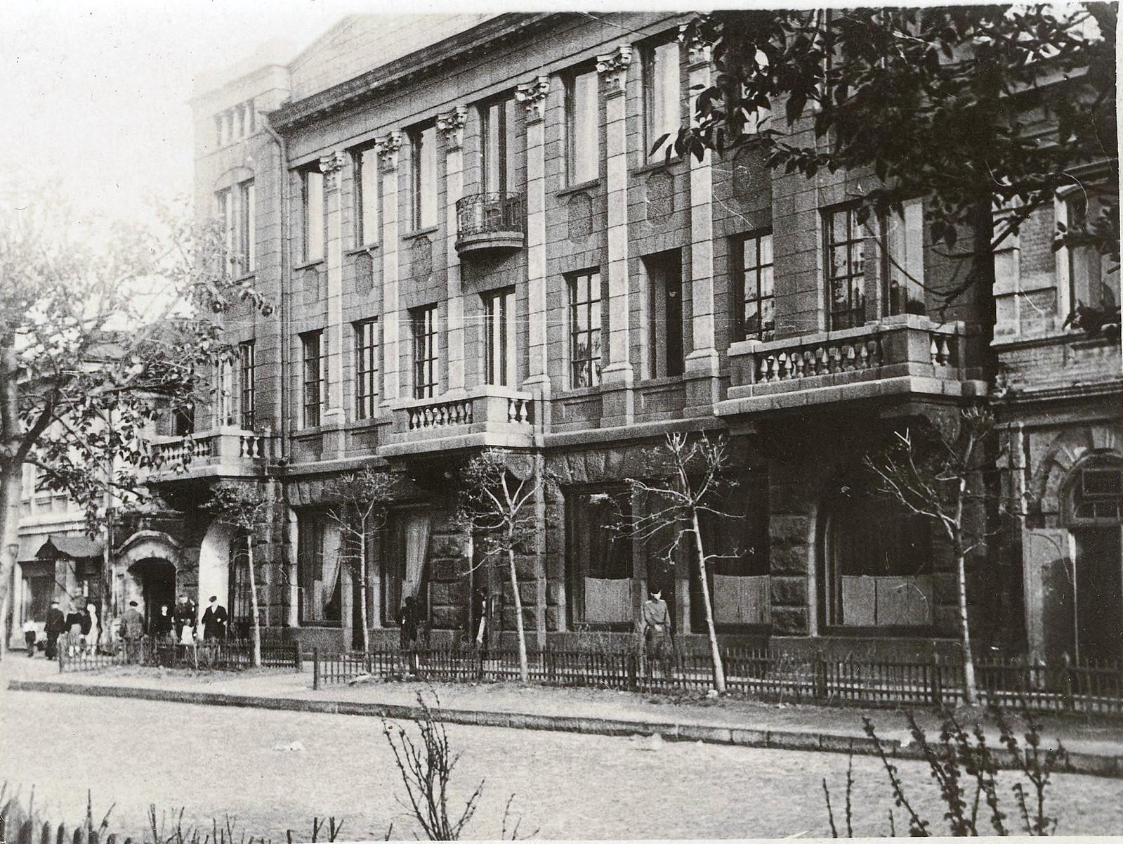 Магазин готового платья с жилыми квартирами магазином и конторой братьев Ревильон. 1915