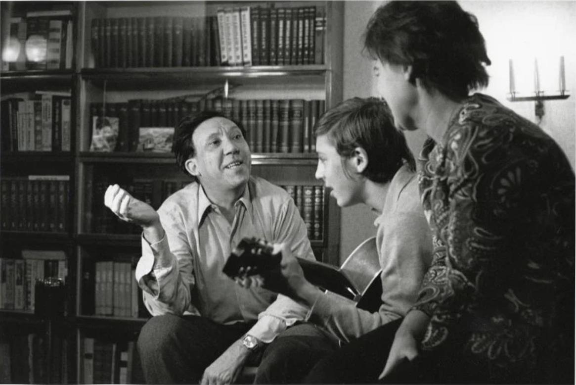 1971. Юрий Никулин дома с женой и сыном