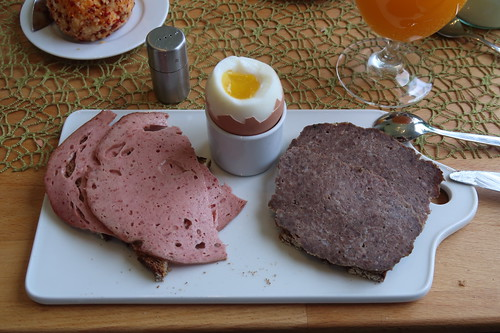 Fleischkäse und Hackbraten auf Majannebrot zum Frühstücksei